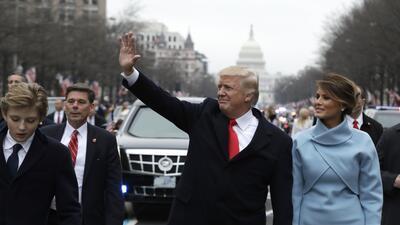 Donald Trump caminó un trecho de camino hasta la Casa Blanca acompañado...