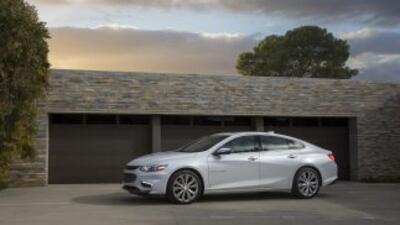El nuevo sedán híbrido de Chevrolet es un modelo completamente novedoso...