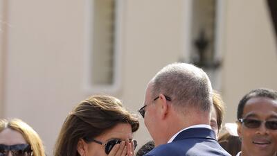 Aterrorizada, Carolina de Mónaco se tapa la cara mientras su hijo pelea espada en mano