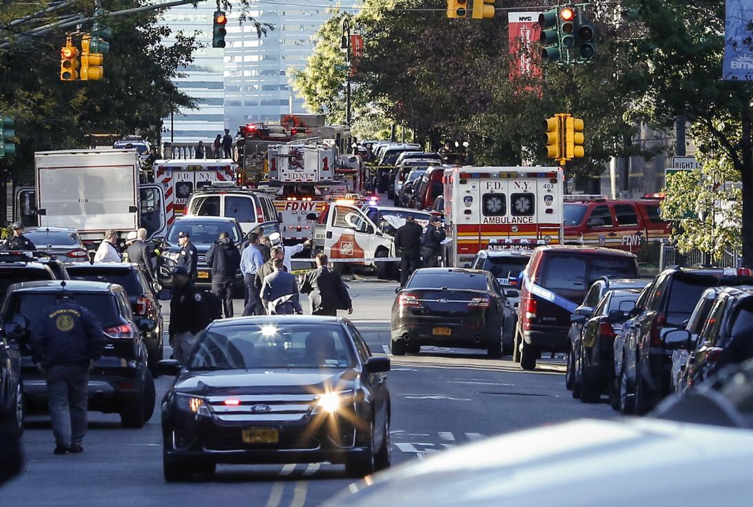 Hay una gran cantidad de vehículos policiales cerca de West Side Highway.
