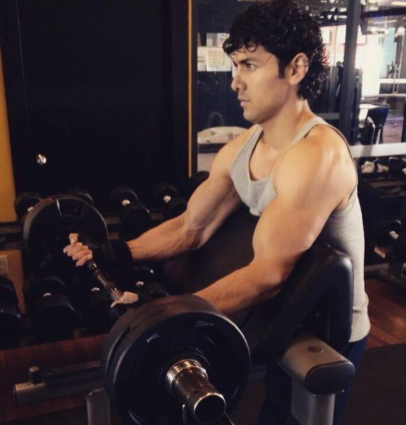 No sólo tiene un gran talento, sino también grandes músculos que ejercit...
