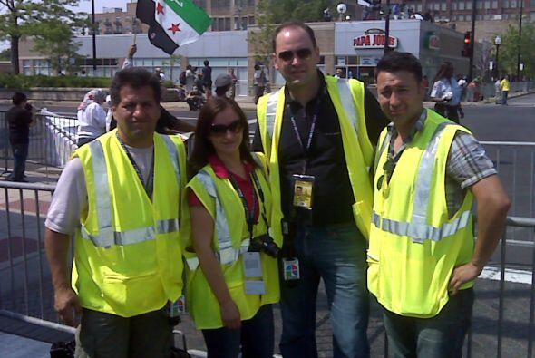 De izquierda a derecha, el camarógrafo Vladimir Armijos, la supervisora...