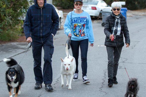 Junto a sus papás, sacaron a pasear a sus tres perritos. M&aacute...