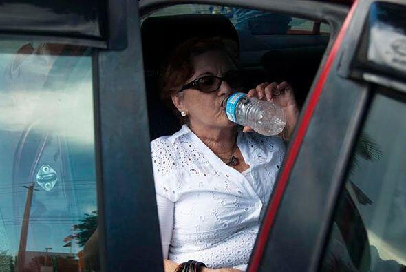 """""""La diabetes da mucha sed"""", dice Moraima. Por eso siempre sale de su cas..."""