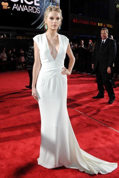 Sencilla y bella con un vestido color blanco de escote pronunciado, pero...