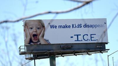 """Vandalizan una valla publicitaria en California con este mensaje: """"Hacemos desaparecer a los niños. ICE"""""""