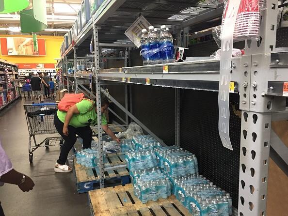 Las compras nerviosas incluyen las botellas de agua mineral entre las pr...