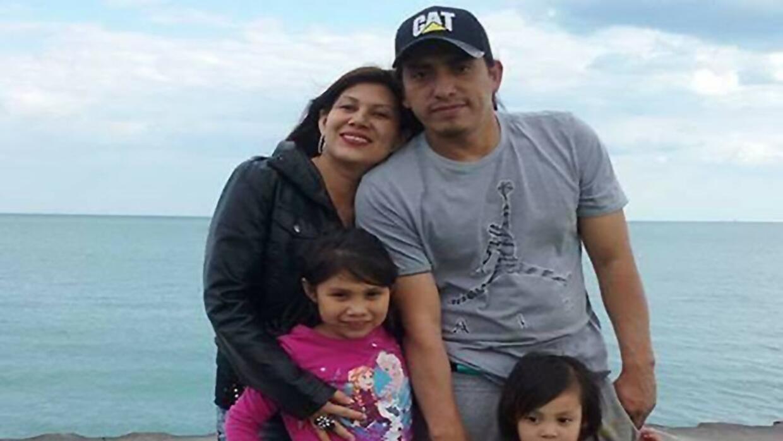 Wilmer Catalán-Ramírez, fotografiado aquí con su compañera e hijos, enfr...