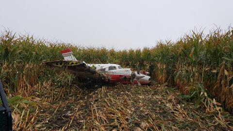 Avioneta realizó un aterrizaje de emergencia en un campo de ma&ia...
