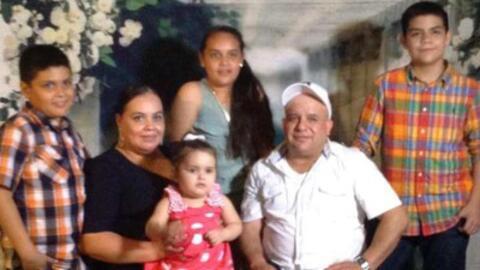 La madre indocumentada Maribel Trujillo junto a su familia.