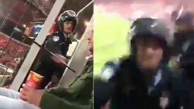 Indignante: Policía golpea a aficionado en pleno partido de Champions League