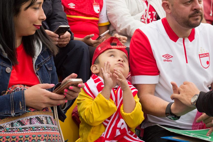 Conoce al hincha colombiano que va al estadio a pesar de ser sordociego...