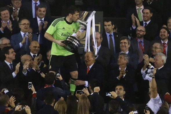 El momento esperado por todos, la entrega del trofeo.