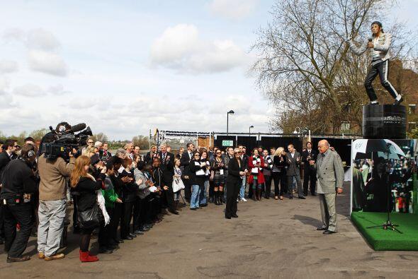 Eran muchos los aficionados que se acercaron a las afueras del estadio.