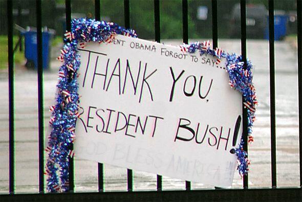 En Dallas, unos colocaron un letrero agradeciendo al ex presidente Georg...