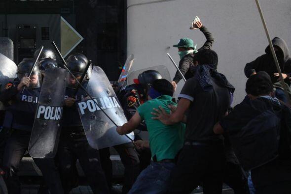 A su paso lo manifestantes realizaron destrozos en tiendas comerciales,...