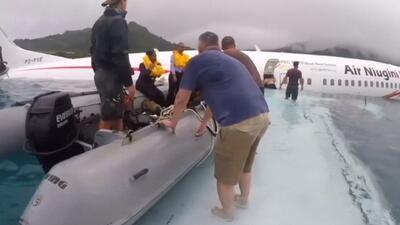 Así colaboraron marines de EEUU en el rescate de un avión semisumergido en Micronesia