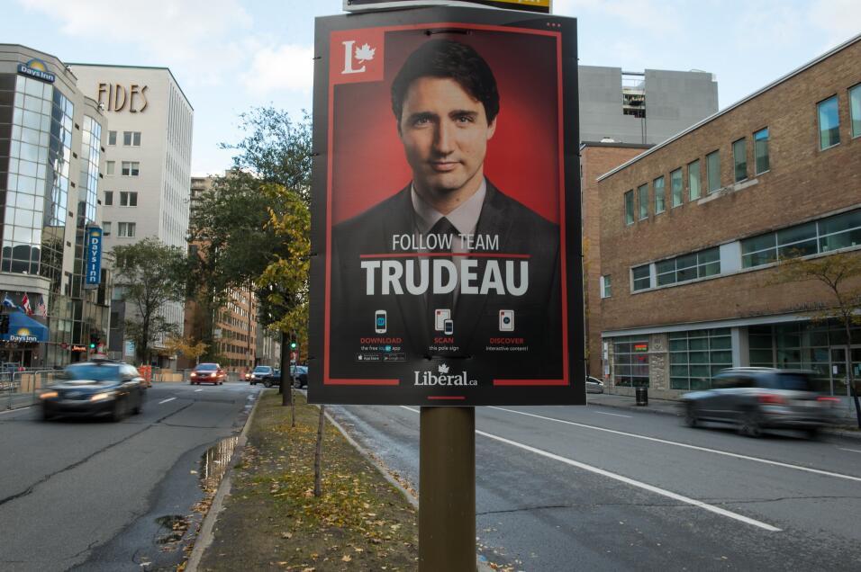 Un cartel de Justin Trudeau en una calle de Montreal, Canadá, en...