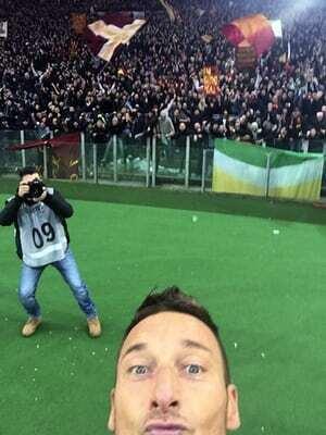 Francesco Totti hizo famosa la celebración de la selfie cuando le ganó e...
