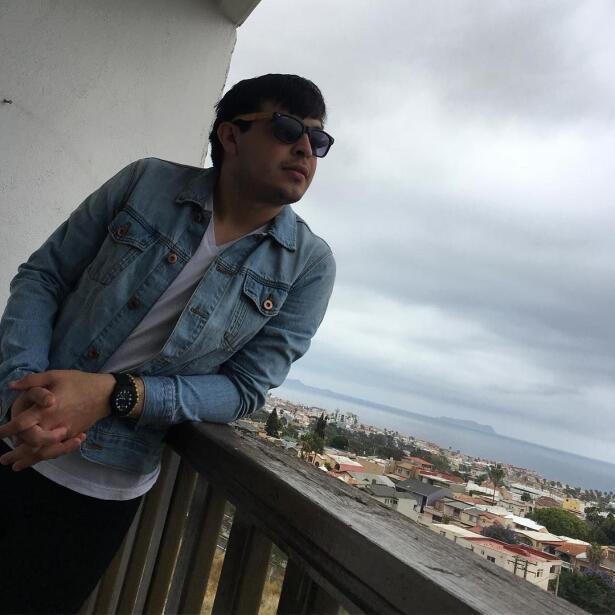 Las extrañas fotografías de Raúl Lizarraga, el cantante de Regional Mexi...