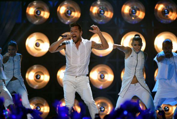 Vestido de blanco y mostrando sus músculos, así fue como lució Ricky Mar...