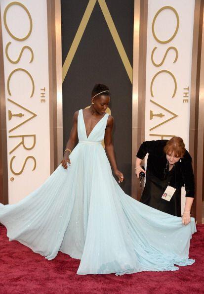 Un vestido en azul cielo confeccionado en seda plisada con amplia falda...