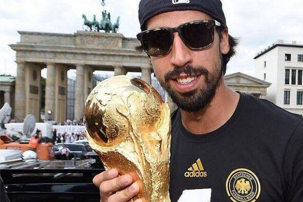 Sami Khedira posó con la Copa del Mundo con la Puerta de Branderburgo de...