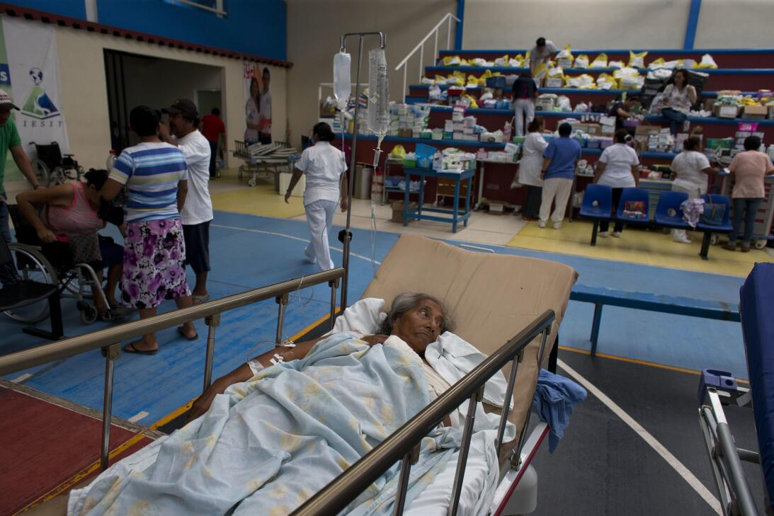 La ayuda a afectados por el terremoto en MéxicUna mujer de 71 años que r...