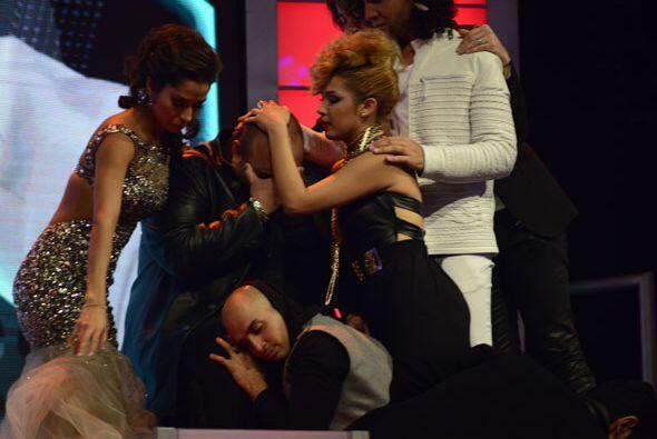 Todos fueron a consolarlo.