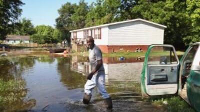 Un residente en Vicksburg, Tennessee, recorre lo que quedó de su barrio,...