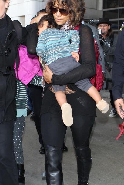 Halle intentaba tapar a toda costa la carita de su bebé Maceo.