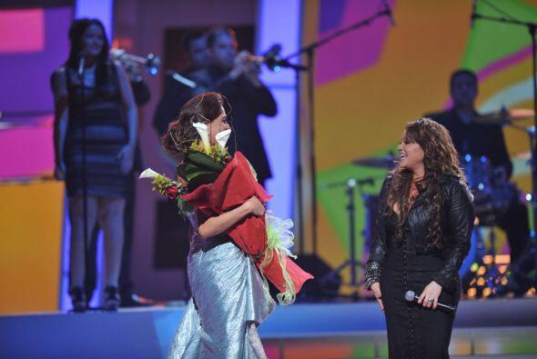 La actriz Blanca Soto subió al escenario para darle un ramo de flores al...