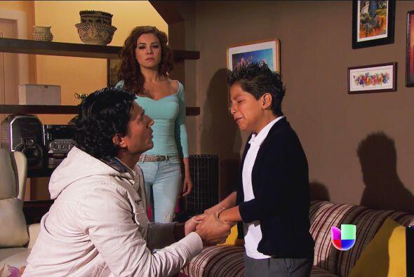 Por más que intentó consolarlo y hacerle ver que lo adora como a su hijo...