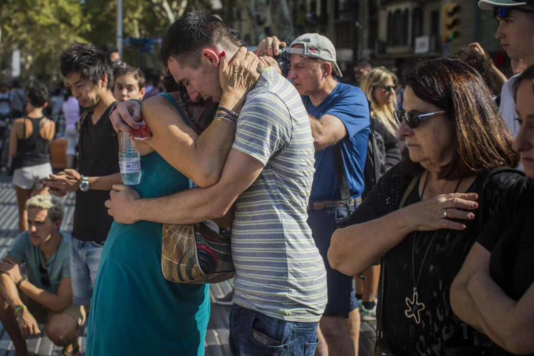 """En fotos: Barcelona llora tras el ataque terrorista y grita """"no tengo mi..."""