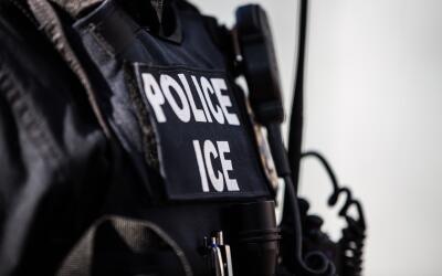 Un agente de la la Oficina de Inmigración y Control de Aduanas (ICE)