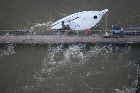 Además, las inundaciones han provocado problemas en los servicios ferrov...