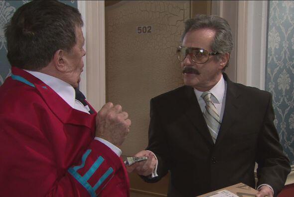El señor Carrillo recibió el paquete y pidió que estuviera un coche list...