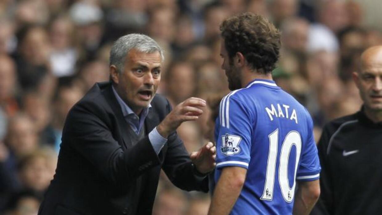 Mourinho trata de darle instrucciones a Mata en el partido ante Tottenham.