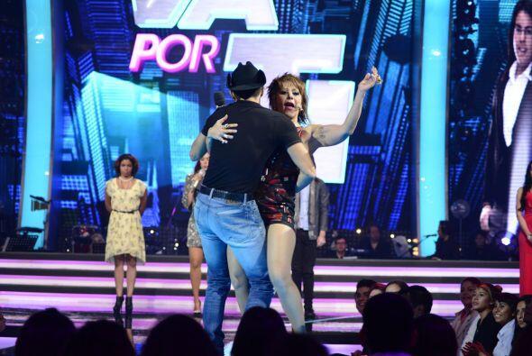 Alejandra Guzmán bailó con Fernando Corona en el estreno.