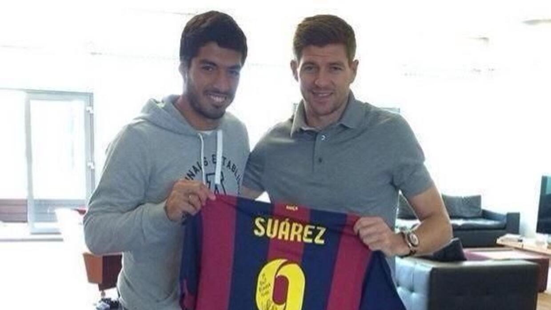 Suárez le regaló a Gerrard una playera de su nuevo club, el Barcelona, c...
