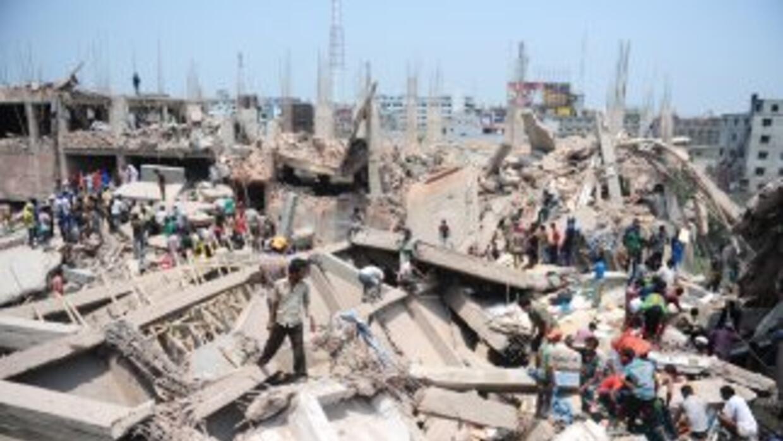 Un edificio de ocho plantas colapsó este miércoles, hay unas 600 persona...
