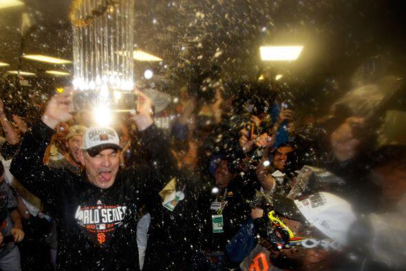Octubre 29 - Los Gigantes ganan tercera Serie Mundial en cinco años. Los...
