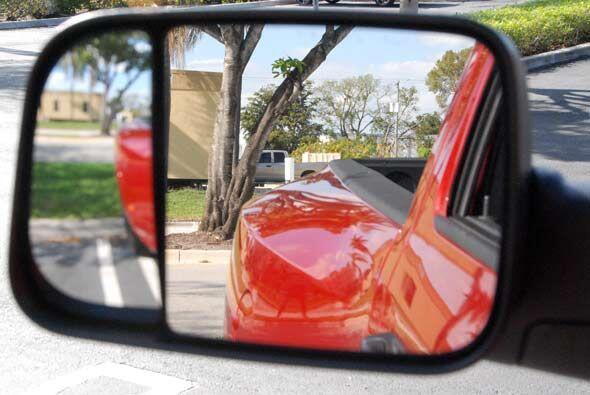 El retrovisor cuenta con dos espejos para poder ver los puntos ciegos de...