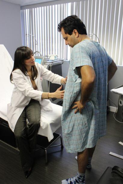 La enfermera Carla le explica lo sencillo y rápido que será el procedimi...