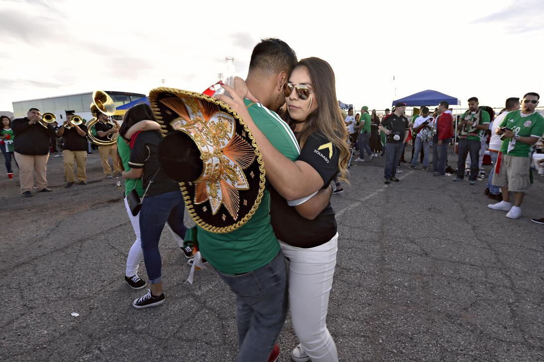La fiesta de los mexicanos en el partido contra Islandia 20170208_2127.jpg