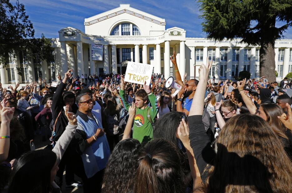 Estudiantes en Oakland, California, uno de los estados que votó demócrat...
