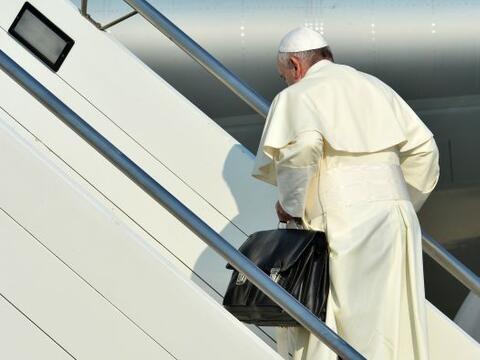 El papa Francisco emprendió este lunes su viaje desde Roma a R&ia...