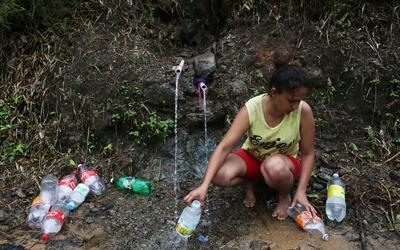 Los puertorriqueños siguen buscando agua en manantiales, r&iacute...