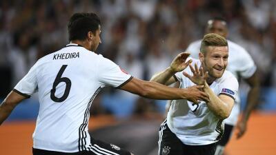 Mustafi y Schweinsteiger le dieron la victoria a Alemania frente a Ucrania