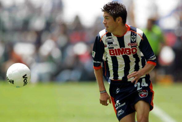 En el Apertura 2004 Oribe vio sus primeros minutos ante Santos cuando Mo...
